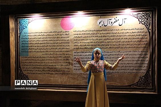 پرده خوانی و نقالی هفت قاب تاریخ شیراز از زبان دانشآموزان شیرازی در هفته شیراز