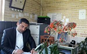 معلم قرآن ترکمانچای در کلاس درس هوشمند آموزش می دهد