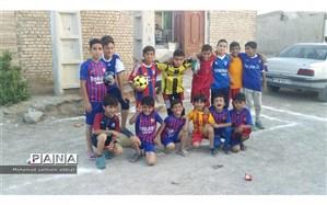 فرهنگیان ناحیه یک اهواز به دانش آموزان مناطق سیل زده وسایل ورزشی اهداء کردند