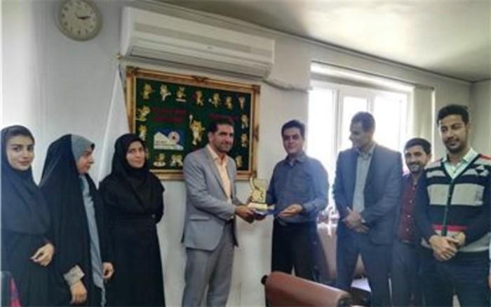 اهدای لوح فستیوال منطقه ای زاگرس جوان به مدیرکل ورزش و جوانان استان همدان