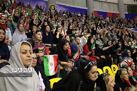 حضور بانوان ایرانی در بازی تیم ملی والیبال  ایران و کانادا