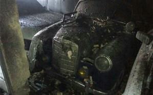 مرگ یک تن و نابودی ۹ خودروی کلاسیک در آتش سوزی یک خانه + عکس