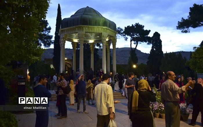 حال و هوای آرامگاه حافظ در ماه  مبارک رمضان