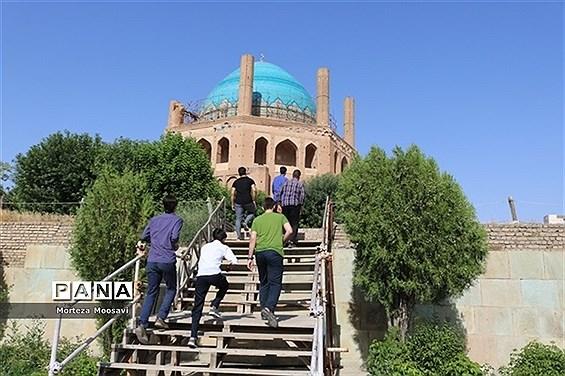 بازدید دانشآموزان شرکت کننده در مسابقات سراسری قرآن عترت و نماز از گنبد سلطانیه