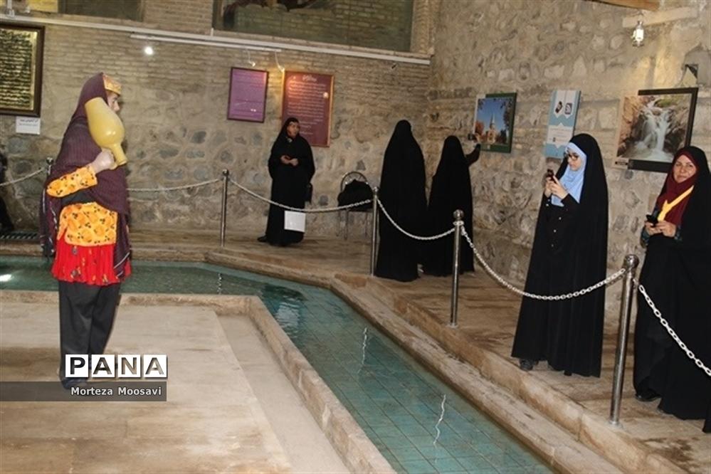 بازدید دانشآموزان شرکت کننده در مسابقات قرآن از نقاط دیدنی شهر زنجان