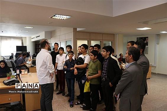 بازدید دانشآموزان  پسر دورههای تابستانه سازمان دانشآموزی خراسان رضوی از موسسه فرهنگی هنری شهر آرا مشهد