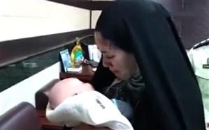 لحظه تحویل نوزاد ربوده شده به پدر و مادرش