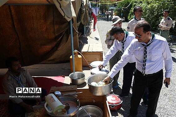 بازدید قائم مقام سازمان دانشآموزی از چادرها و طبخ غذا در نهمین دوره اردوی ملی پیشتازان پسر سراسر کشور