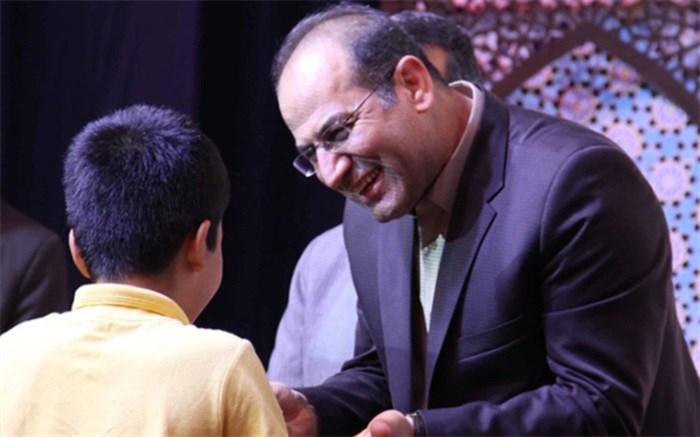 تقدیر از فرهنگیان و دانش آموزان برگزیده استان همدان در مسابقات قرآن، نماز و عترت