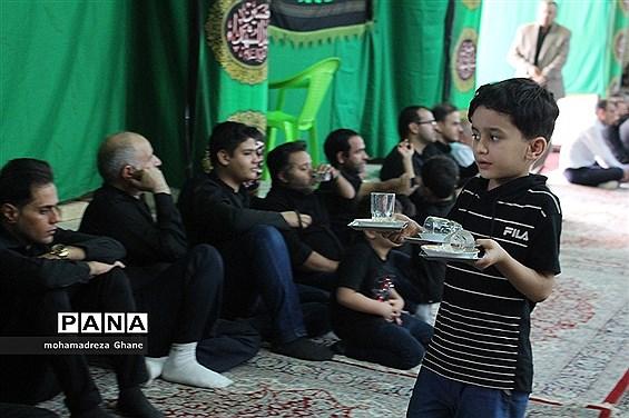 پذیرایی مجالس عزاداری توسط کودکان و نوجوانان یزدی