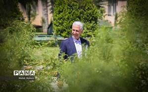 وزیر علوم: پیامکها به ادبیات فارسی آسیب زده است