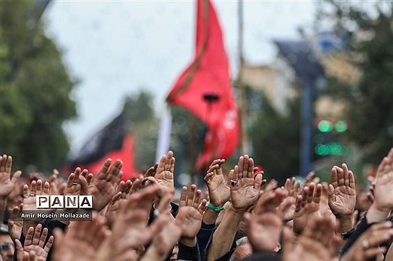 مردم ایران امشب فریاد «لبیک یا حسین» سر میدهند