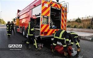 نجات ۱۰ نفر از میان دود و آتش یک ساختمان مسکونی