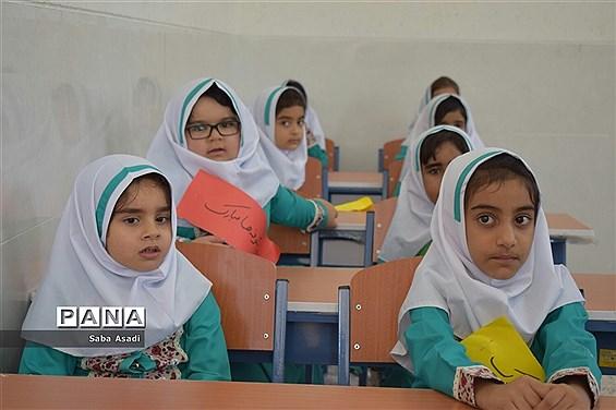 جشن شکوفه ها همزمان با سراسر کشور در مدارس شهر گلهدار
