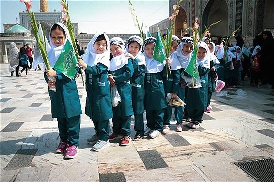 جشن شکوفه ها با حضور کلاس اولی ها در حرم مطهر امام هشتم (ع)