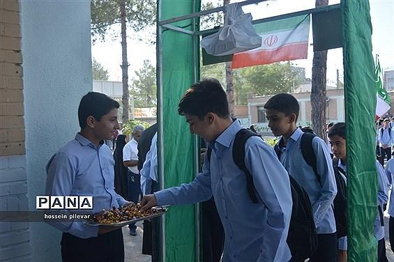 نواخته شدن زنگ روز اول مهر در دبیرستان شهید نواب صفوی بیرجند