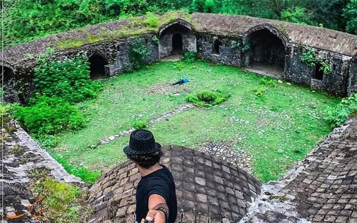 کاروانسرای سنگی تی تی در 8 کیلومتری سیاهکل واقع  شده است