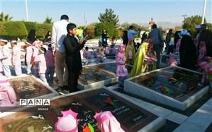 غبارروبی و گلباران گلزار شهدای کاشمر توسط کودکان