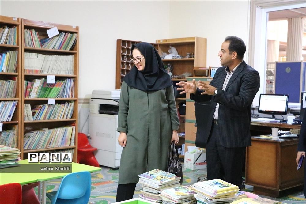 بازدید عضو شورای شهرشیراز از کتابخانه دانشآموز