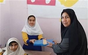 بسته های کمک آموزشی و لوازم التحریر به صورت نمادین بین دانش آموزان توزیع شد