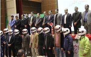 توزیع کلاه ایمنی رایگان بین راکبان موتورسیکلت در البرز