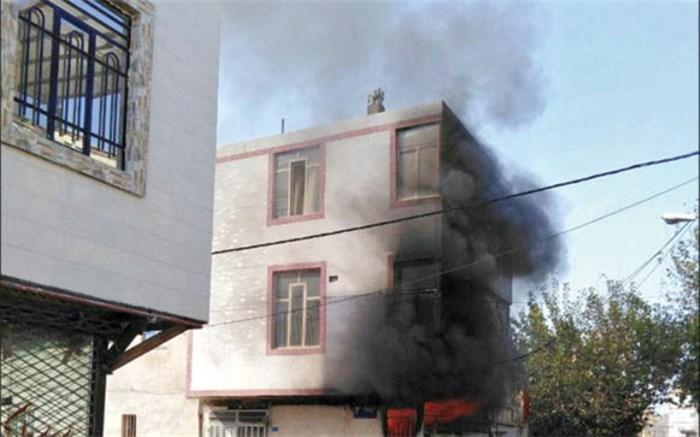 آتش سوزی هولناکی که از یک اتاق اجاره ای 12 متری (مغازه) شروع شده بود، در حالی پسر بچه چهار ساله ای را به کام مرگ فرستاد که مادر کودک در منزل را   روی او قفل کرده بود! به گزارش خراسان، این حادثه جانگداز حدود ظهر روز گذشته در حالی رقم خورد که زن 30 ساله، در مغازه ای را که به عنوان منزل مسکونی اجاره کرده بودند، قفل زد تا برای خرید! بیرون برود. در همین حال مصطفی کودک چهار ساله این زن داخل اتاق اجاره ای ماند که اجاق گاز تک شعله ای نیز کف آن روشن بود! هنوز نیم ساعت از این ماجرا نگذشته بود که اهالی مح
