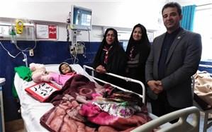 سرود پیشتازان بر لبان دانش اموز مصدوم فریمانی در بیمارستان شهید کامیاب مشهد نقش بست