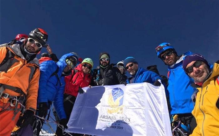 اهتزاز پرچم اردبیل پایتخت گردشگری کشورهای عضو اکو در قله «آیلند پیک» هیمالیا