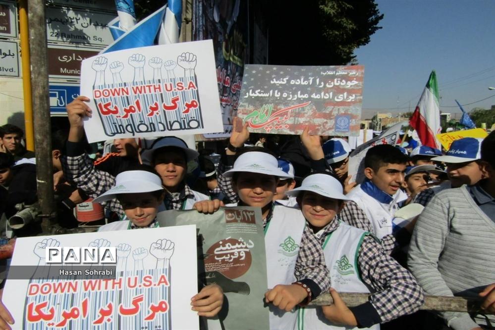 حضور پرشور دانشآموزان در راهپیمایی ١٣ آبان شهرستان نهاوند
