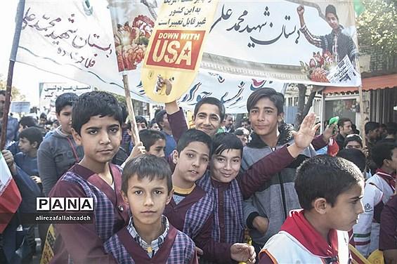 حضور پرشور دانشآموزان ابرکوه در راهپیمایی 13 آبان