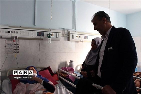 عیادت مدیر سازمان دانش آموزی خراسان جنوبی از پیشتازان حادثه دیده