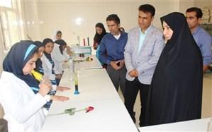 رئیس اداره آموزش و پرورش منطقه آب پخش از آزمایشگاه دبستان شهید امیری بازدیدنمود