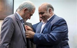 اعطای نشان شهروندی کرمانشاه به پروفسور کلانتر هرمزی سرپرست تیم خیریه مرهم