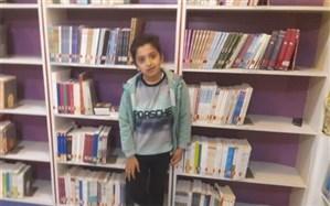 این پسر ۱۰ ساله اردکانی تاکنون 2 هزار جلد کتاب خوانده است + تصویر