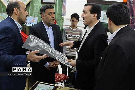 بازدید رئیس اداره کانونهای فرهنگی و تربیتی از غرفههای اولین جشنواره دستاوردهای کانونهای استان سمنان