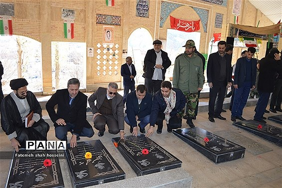 عطر افشانی مزار شهدا فیروزکوه در هفته بسیج