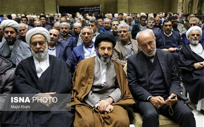 تصویری از فرزندان رهبر انقلاب و سیدهادی خامنهای در مراسم ختم عضو مجلس خبرگان