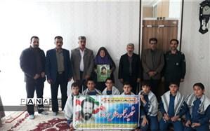 تجلیل دانش آموزان ابرکوهی از مادر شهید محمدرضا خلیلی