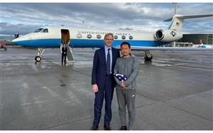 تصویری از برایان هوک در کنار تبعه آمریکایی متهم به جاسوسی که با دانشمند ایرانی معاوضه شد