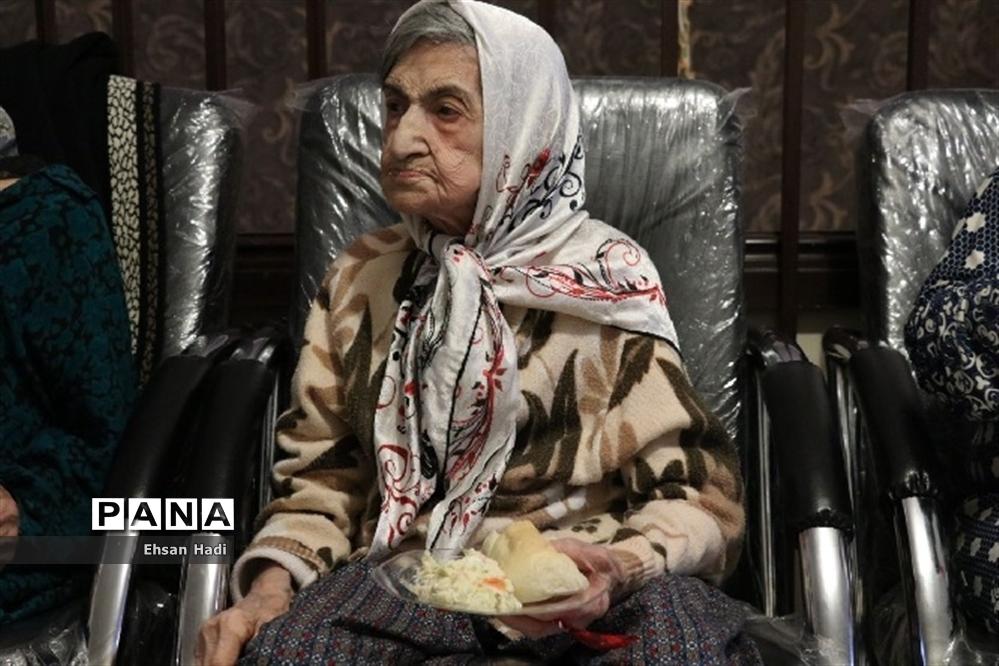 دیدار از سالمندان در یلدای مهربانی