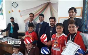 مراسم اهدا جوایز به برگزیدگان مسابقات دانش آموزی دبستان سیدجمال ابرکوه