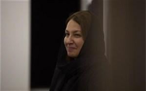 نشان شوالیه فرهنگ و هنر فرانسه در دست یک بانوی ایرانی