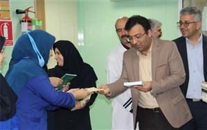 اهدای کتاب به پرستاران بیمارستان شهید صدوقی به مناسبت روز پرستار
