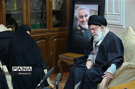 حضور رهبر معظم انقلاب اسلامی در منزل سپهبد شهید حاج قاسم سلیمانی