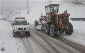 بارش برف تردد در جادههای مهاباد را با مشکل مواجه کرد