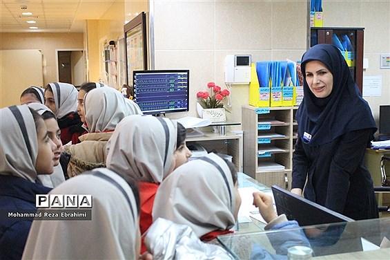 بازدید رئیس سازمان دانش آموزی و تعدادی از دانش آموزان پیشتاز از بیمارستان فرشچیان همدان
