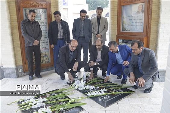 عطر افشانی و گل گزاری قبور مطهر شهدا در آستانه یادواره شهدای فرهنگی و دانشآموزی استان بوشهر