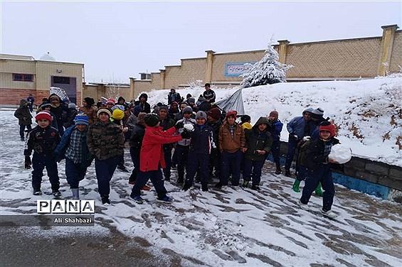 بازی کودکانه دانشآموزان منطقه ارژن در شادی بارش برف