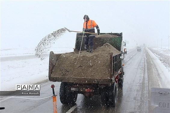 بارش برف و باران در جادههای کشور؛  تردد با زنجیر چرخ در جادههای ۲ استان