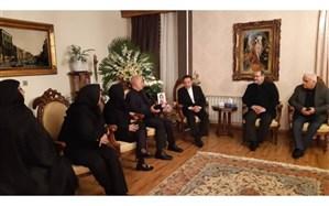 حضور واعظی در منزل خانواده مرحومه ملک از جانباختگان سقوط هواپیمای اوکراینی + تصویر